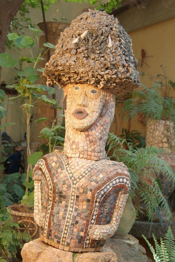 דמות עם ראש אלמוגים